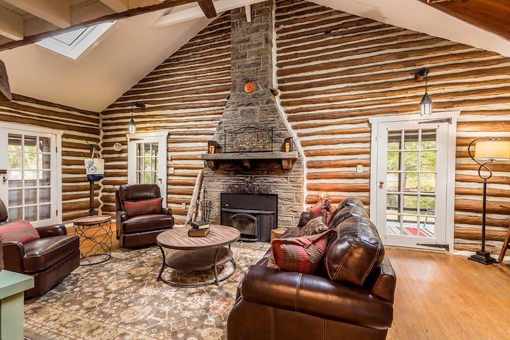 Historic 1929 Lakefront Log Cabin - Medford