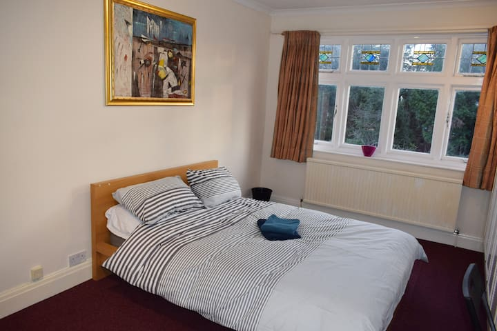 Spacious Double Bedroom: FAST WIFI & METRO LINKS - Harrow - 獨棟