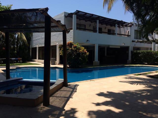 Hermosa casa de playa en condominio seguro - Puerto San José - Hus