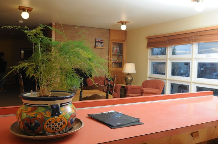 Private Room / Queen / Historic Downtown Kalispell - Kalispell