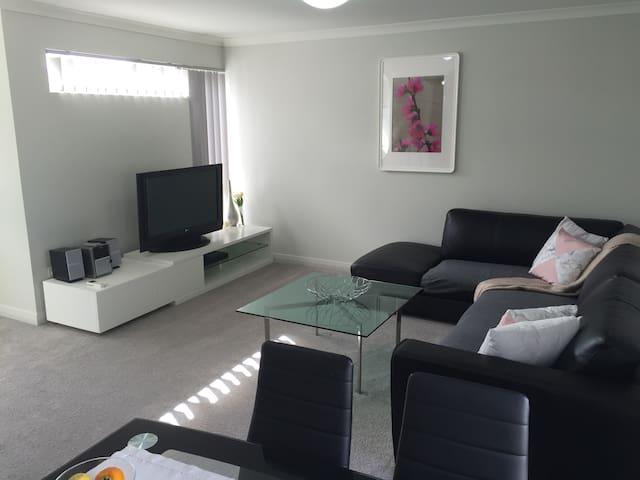As new upper floor apartment - Hamersley - Huoneisto