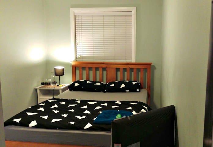 Cozy Room for Couples/Ladies in Family Environment - Queanbeyan - Leilighet