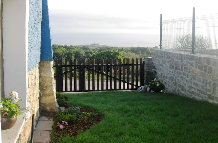 DETACHED HOUSE WITH SEA AND MOUNTAIN VIEWS - Llanes - Huis