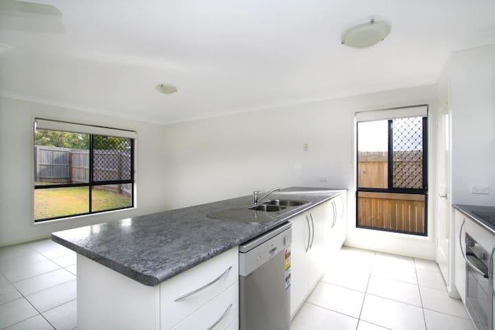 Tidy Room - Collingwood Park - Casa