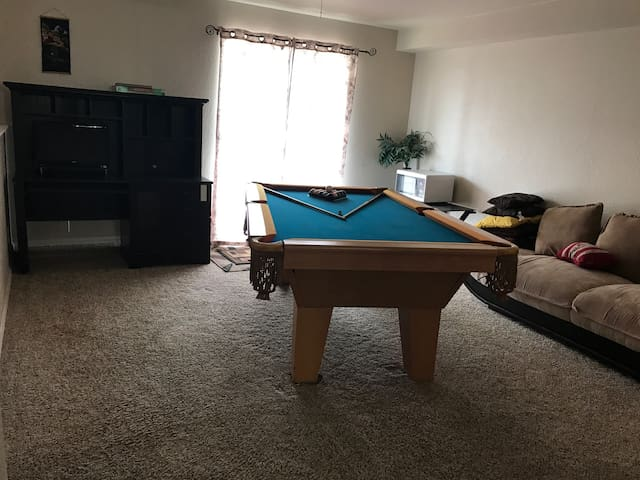 Open space has a pooltable and wifi - Thornton - Haus