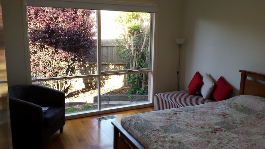 Spacious Bedroom with Ensuite - Mulgrave - Dom