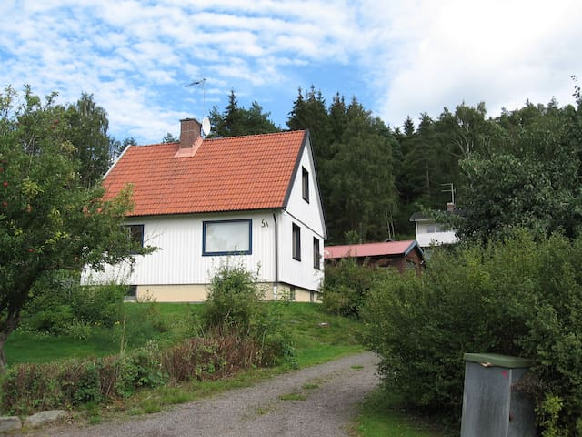 Private room, close to train station. 2 - Mölndal - Hus