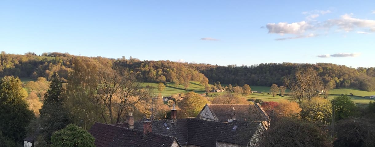 Private apartment, stunning views, Uley village. - Uley - Lägenhet