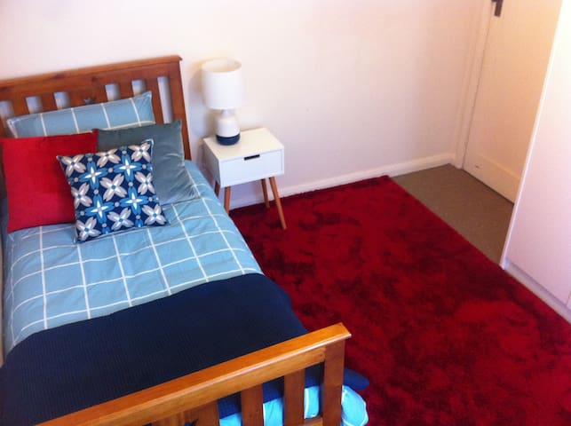 Cheap, comfortable, B/F included - Ballarat North - Dom