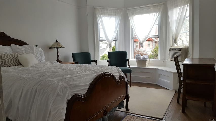 Bright Comfy Room w Complimentary Coffee/Bfast Bar - Lakewood