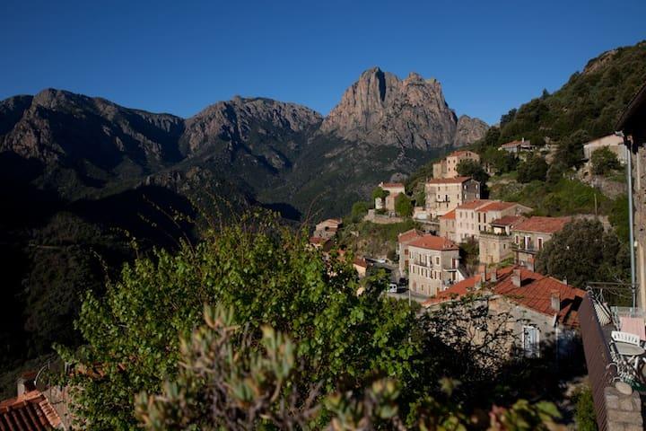 Maison au cœur du village avec vue sur la montagne - Ota - Hus