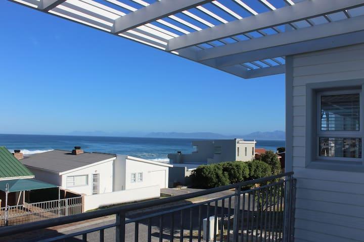 Holiday House with great Sea Views - De Kelders - Casa