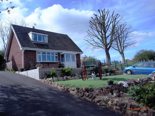 Private bathroom and lounge, up to 4 people. - Burton upon Trent - Bungalow