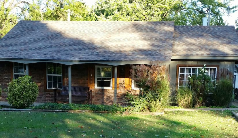Centrally located cozy cottage - Springfield - Casa