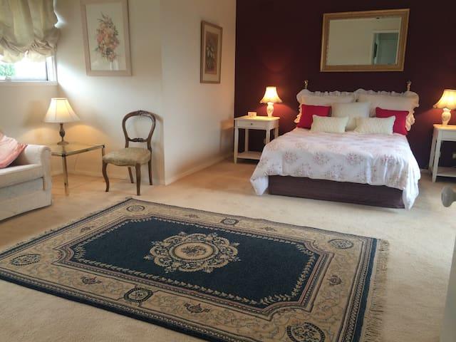 Double room with en suite & balcony - Templestowe