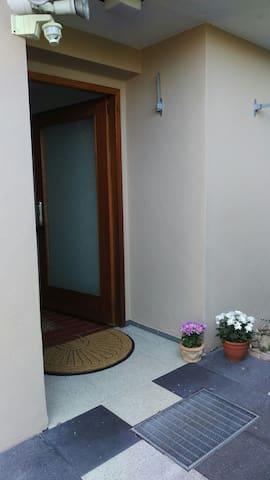 Ruhige 2-Zimmer-Wohnung mit schöner Terrasse - Neckartailfingen - Apartemen