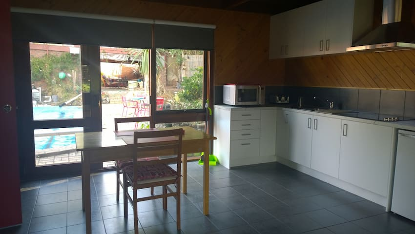 Private Peacful, large space, swimming pool,dvds - Frankston South - Appartement