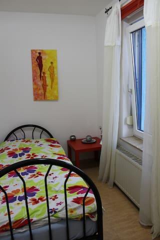 Einzelzimmer m.WC&Waschbecken,gemeins.Küche&Wohnr. - Gotha - Casa