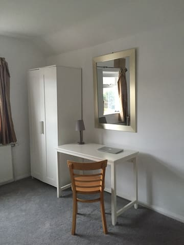 Stylish room in warm family home near the station - Colchester - Casa