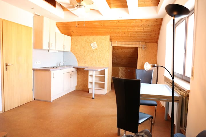 Helle Dachgeschoßwohnung mit viel Platz - Grafenrheinfeld - Apartamento