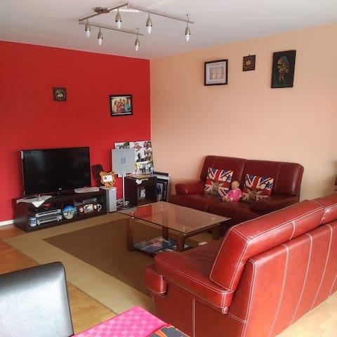 Une chambre spacieuse avec balcon - Molenbeek-Saint-Jean - Apartment