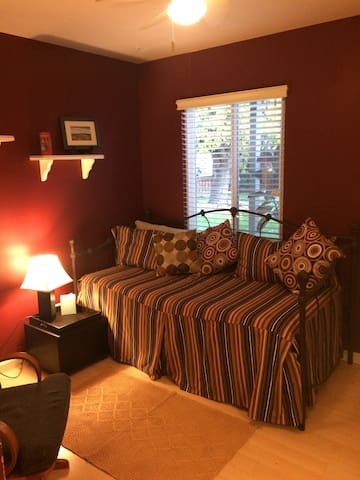 A cozy, clean, private room in So. Redwood City - Redwood City - Hus
