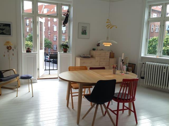 Charming city apartment with bohemian garden - København - Leilighet