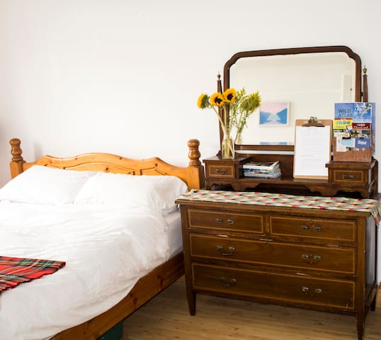 Bright fresh room with garden view - Galway City - House