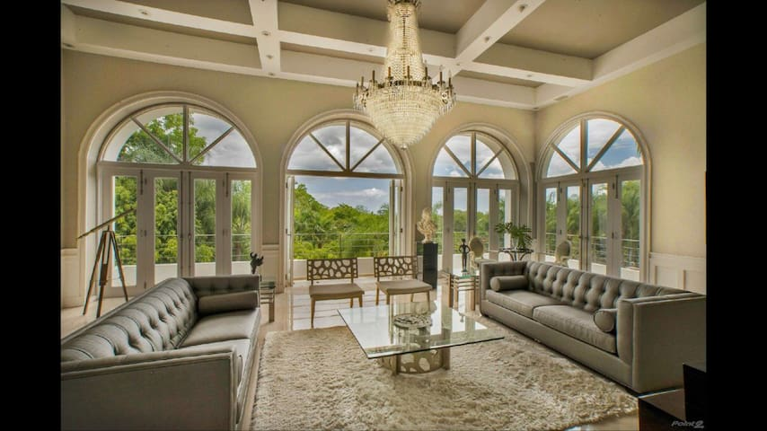 Exclusive and Luxurious Mansion with Pool - Guaynabo