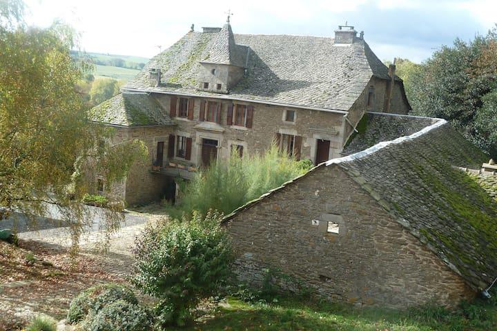 Chambre à louer en Aveyron - Salles-Curan - Дом