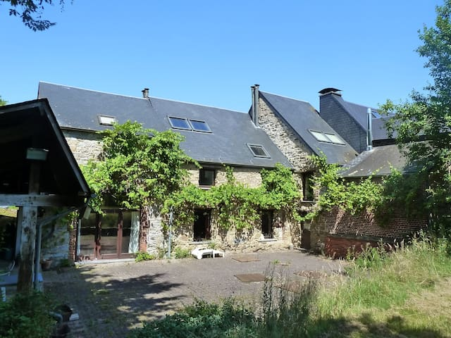 Vieilles pierres et verdure (2 --> 9p, 3 chambres) - Hermeton-sur-Meuse - 一軒家