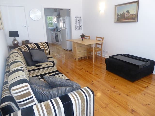 Affordable Eastern Suburbs Apartment - Erindale - Daire