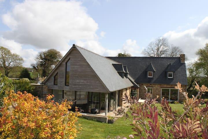 Maison familiale  avec grande piscine - Troguéry - Casa