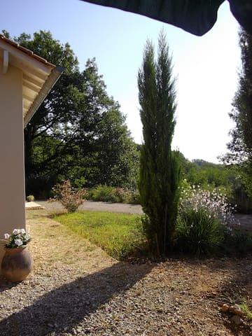 """chambre d'hôtes """"les galets fleuris"""" en Dordogne - Hautefort"""