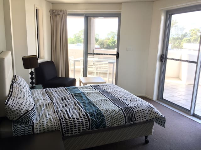 Your own room with shared bathroom - Helensvale - Appartement