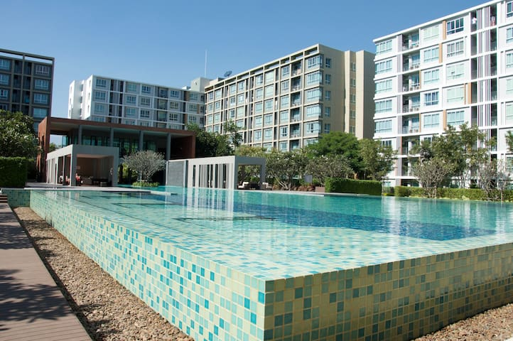 New condo, cozy resort style with enormous pool