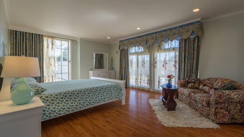 Newly remodeled upstairs bedroom NEAR the 101 fwy - Santa Maria - Villa