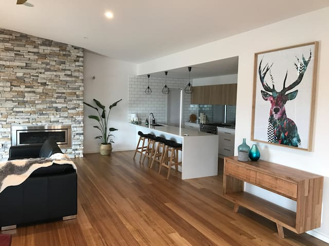 Brand new Port home in town centre with views. - Portarlington - Vakantiewoning