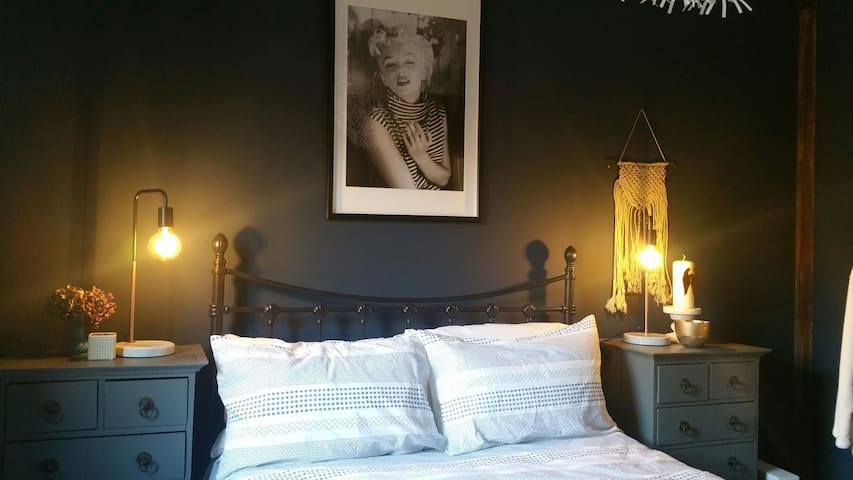 Double bedroom in converted Victorian Stables - Petworth - Huis