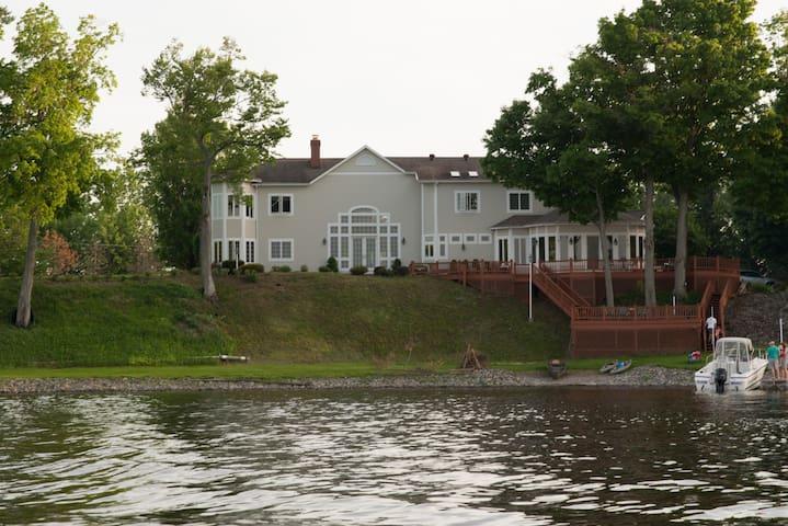 Expansive Home with Stunning Lake Views - Brewerton - Huis
