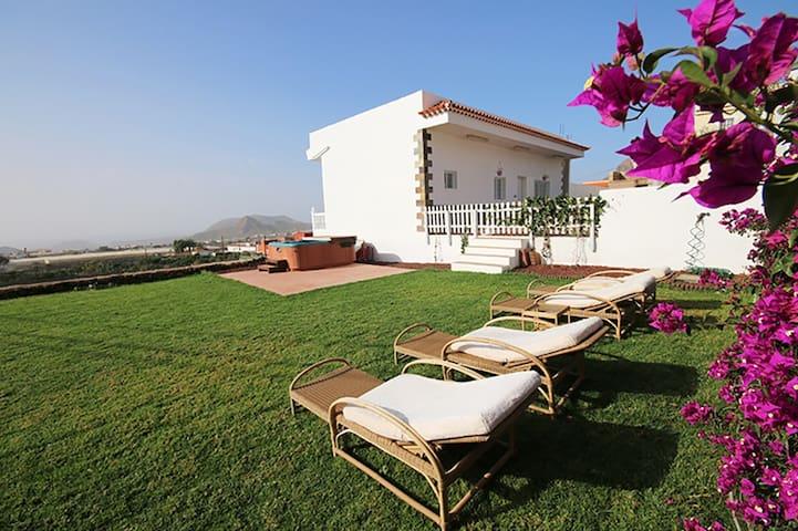Beautiful Villa with garden, jacuzzi and sea views - Arona - Villa