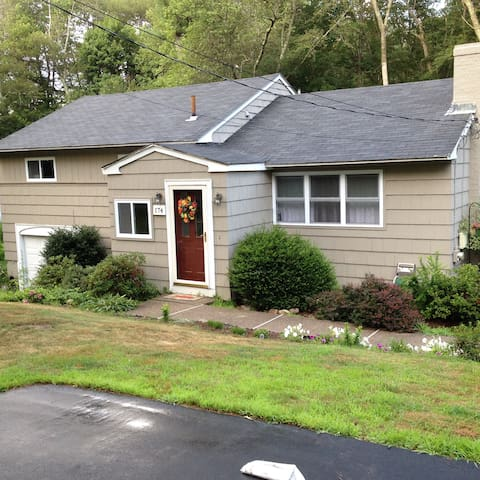 Pleasant Place Home- 5 min from train into Boston - Millis - Hus