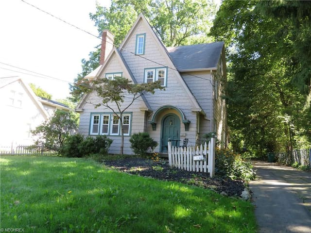 Classic tudor-style close to College of Wooster - Wooster - Hus