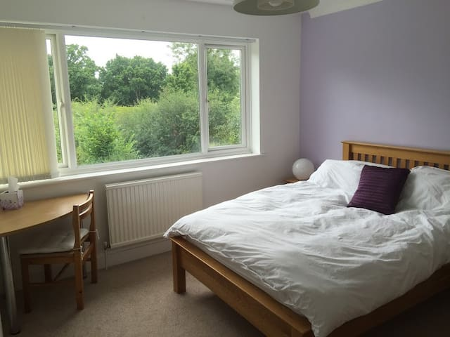 B&B Lilac Double room in family home, Cranleigh - Cranleigh - Bed & Breakfast
