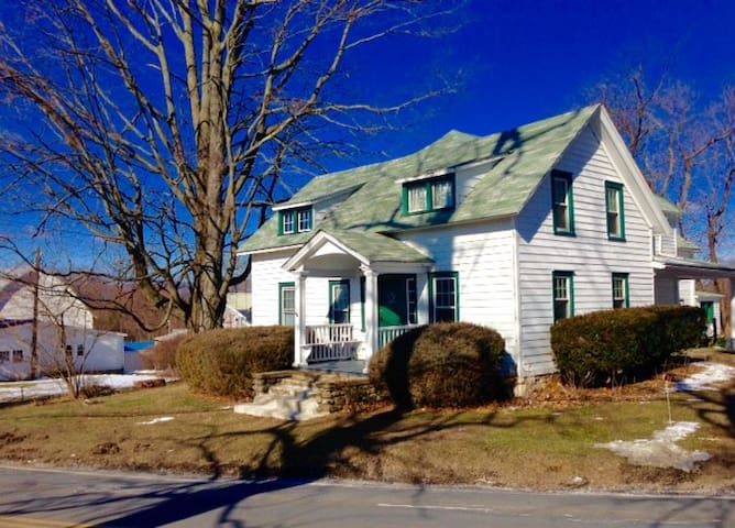 Private Sunny Farmhouse Apartment, Hudson Valley - Wallkill - Huis