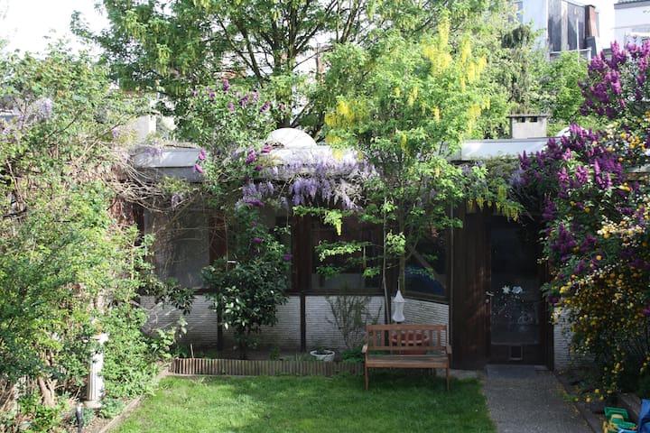 House in back of city garden - Antwerpen - Bed & Breakfast