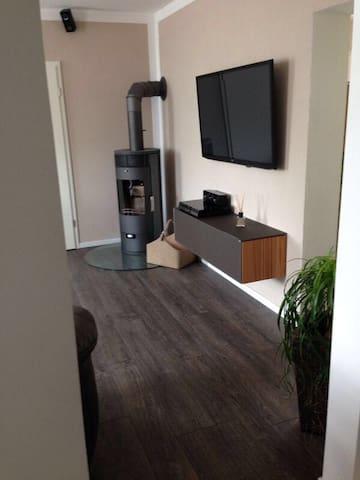 Moderne Wohnung mit Kamin&Terrasse - Eisenberg - Daire