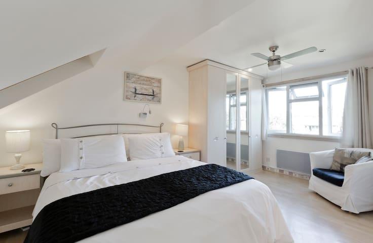 Near Uni, comfy loft bedroom with en suite. - Earley - Casa