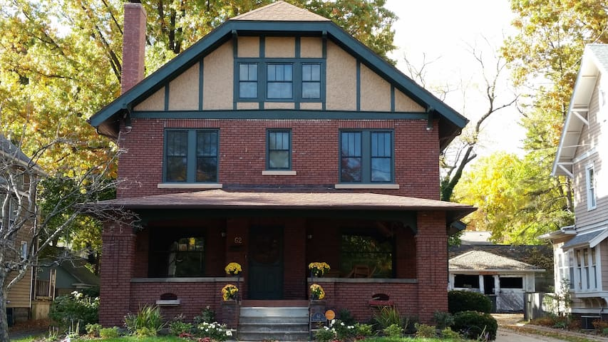 Private bed & bath in the heart of Highland Square - Akron - Huis