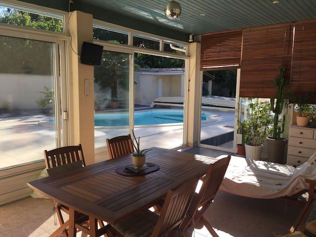 Chambre et terrasse donnant sur la piscine. - Saint-Morillon - Ev